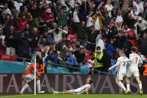 Ο Χάρι Κέιν πανηγυρίζει το 2-0 επί της Γερμανίας και το κοινό στο Γουέμπλεϊ παραλληρεί