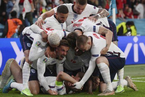 Οι παίκτες της εθνικής Αγγλίας πανηγυρίζουν το γκολ του Χάρι Κέιν με τη Δανία