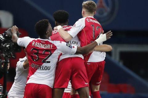 Οι παίκτες της Μονακό πανηγυρίζουν γκολ κόντρα στην Παρί για την Ligue 1.