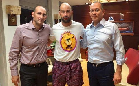 Ένα λιοντάρι με μαγιό και δύο παπούτσια πάνινα