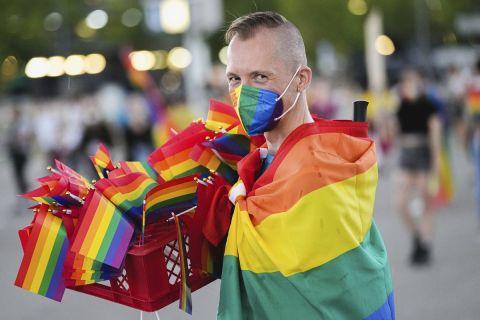 """Χιλιάδες φίλαθλοι βρέθηκαν στις εξέδρες της """"Αλιάντς Αρένα"""" κρατώντας σημαίες στο χρώμα του ουράνιου τόξου στα χέρια τους ως στήριξη στην ΛΟΑΤΚΙ+ κοινότητα"""