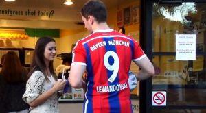 Ο Λεβαντοβσκι κανει καμακι σε κοπελες!