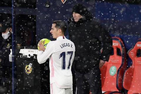Ο Λούκας Βάσκεζ και ο Ζινεντίν Ζιντάν σε αγώνα της Ρεάλ Μαδρίτης