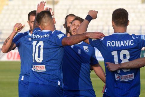 Οι παίκτες της Λαμίας πανηγυρίζουν γκολ που σημείωσαν στη Super League Interwetten