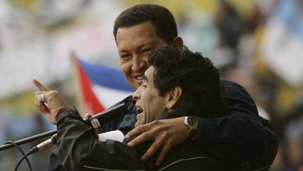 Ο Μαραντόνα με τον Ούγκο Τσάβες μιλούν στο πλήθος κατά του προέδρου των ΗΠΑ, Τζορτζ Μπους.