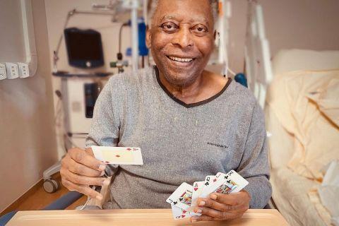 Πελέ: Η κόρη του ανέβασε φωτογραφίες με τους δυο τους να παίζουν χαρτιά στο νοσοκομείο