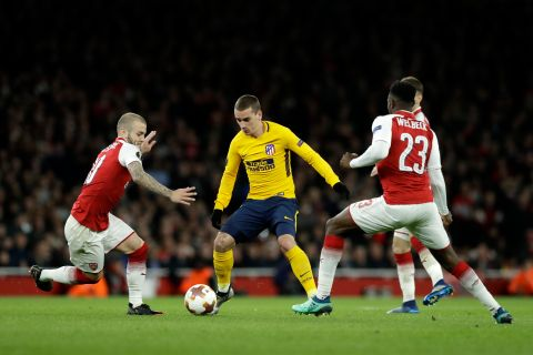 Atletico's Antoine Griezmann, center, controls the ball as Arsenal's Jack Wilshere, left, and Danny Welbeck try to stop him during the Europa League semifinal first leg soccer match between Arsenal FC and Atletico Madrid at Emirates Stadium in London, Thursday, April 26, 2018. (AP Photo/Matt Dunham)