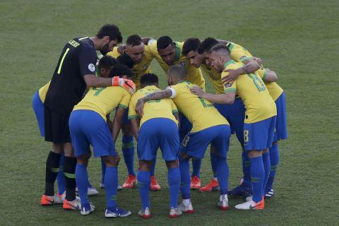 Οι παίκτες της εθνικής Βραζιλίας αγκαλιάζονται πριν από ματς στο Copa America απέναντι στο Περού (7 Ιουλίου 2019)