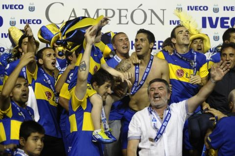 Boca Juniors' footballers celebrate winning the Argentina's First Division football match at La Bombonera stadium in Buenos Aires,  on December 4, 2011. AFP PHOTO / Alejandro PAGNI (Photo credit should read ALEJANDRO PAGNI/AFP/Getty Images)