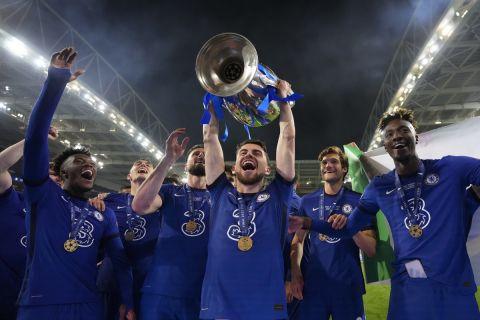 Ο Ζορζίνιο σηκώνει το βαρύτιμο τρόπαιο του Champions League μετά από την επικράτηση της Τσέλσι με 1-0 επί της Μάντσεστερ Σίτι στον τελικό του Ντραγκάο (29 Μαΐου 2021)