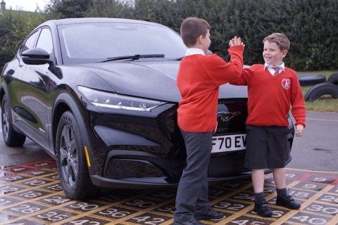 Παιδιά μπροστά σε ένα αυτοκίνητο Ford