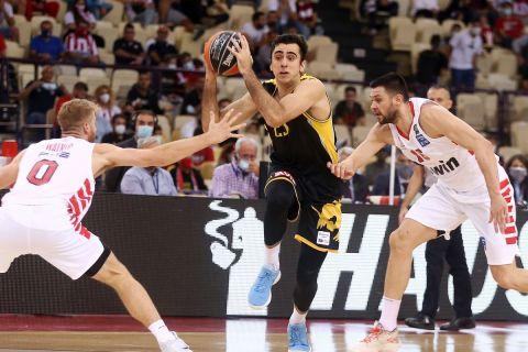 Ο Χουάν Πάμπλο Βαουλέτ με την φανέλα της ΑΕΚ σε αγώνα με τον Ολυμπιακό