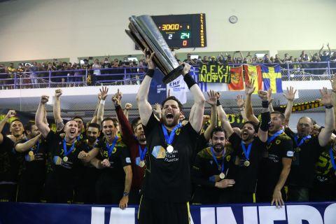 Οι παίκτες της ΑΕΚ σηκώνουν την Ευρωπαϊκή κούπα