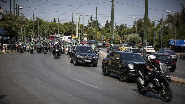Η μηχανοκίνητη πομπή που συνόδευσε τον Παύλο Γιαννακόπουλο στο Α' Νεκροταφείο