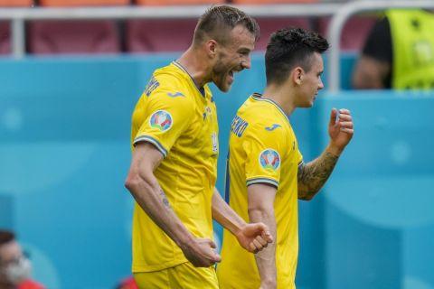 O Αντρέι Γιαρμολένκο πανηγυρίζει στο Euro 2020 γκολ κόντρα στη Β. Μακεδονία