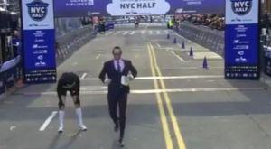 Έκανε νέο ρεκόρ στο τρέξιμο με κουστούμι!