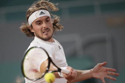 Ο Στέφανος Τσιτσιπάς σε στιγμιότυπο από τον αγώνα του με τον Τζον Ίσνερ στο Roland Garros 2021