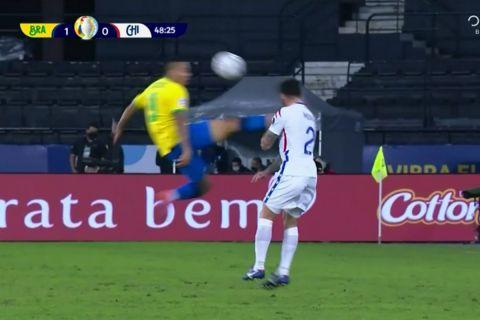Ο Γκαμπιέλ Ζεσούς αποβλήθηκε από το παιχνίδι μετά από ένα απίστευτα σκληρό φάουλ.