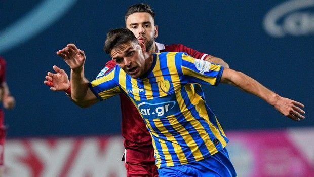 Ο Άγγελος Τσιγγάρας διώχνει την μπάλα στο Παναιτωλικός - ΑΕΛ για την Super League Interwetten.