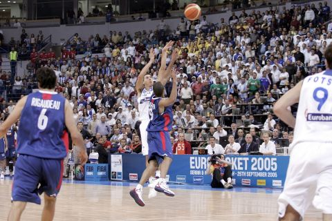 Το ιστορικό τρίποντο του Δημήτρη Διαμαντίδη απέναντι στη Γαλλία στον ημιτελικό του EuroBasket 2005