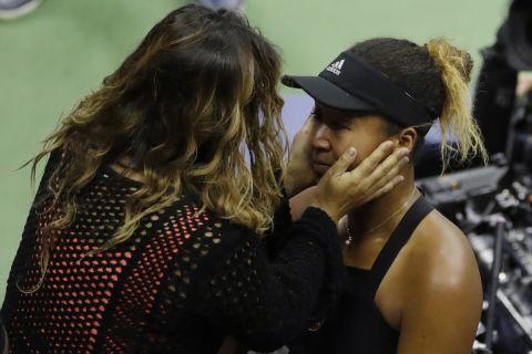 Η Ναόμι Οσάκα με τη μητέρα της Ταμάκι μετά τον τελικό του US Open το 2018 κόντρα στη Σερίνα Γουίλιαμς