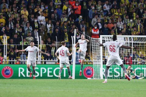 Οι παίκτες του Ολυμπιακού πανηγυρίζουν το 3-0 κόντρα στη Φενέρμπαχτσε για το Europa League