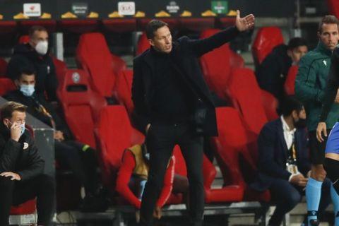 Ο Ρότζερ Σμιντ δίνει οδηγίες στους παίκτες του στην εντός έδρας αναμέτρησης της Αϊντχόφεν με τη Γρανάδα