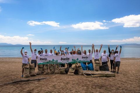 H ομάδα της bwin καθάρισε το πευκοδάσος του Σχινιά