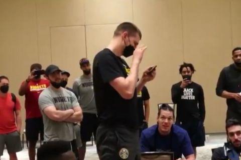 Ο Νίκολα Γιόκιτς μιλάει μέσω video-κλήσης με την οικογένειά του ενώ μαθαίνει ότι αναδείχθηκε MVP του ΝΒΑ