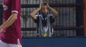 ΠΑΟΚ – ΑΕΛ: Η απόγνωση του ball boy στη χαμένη ευκαιρία του Άκπομ