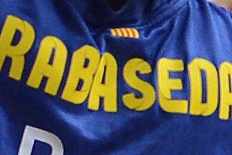 Dallas Mavericks' Brandan Wright, left, drives for the ball against FC Barcelona's Xavier Rabaseda during an exhibition basketball game in Barcelona, Spain, Tuesday, Oct. 9, 2012. (AP Photo/Manu Fernandez)