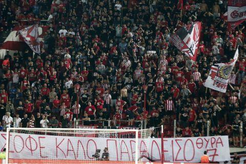 Το πανό για τον Ντούσαν Ίβκοβιτς
