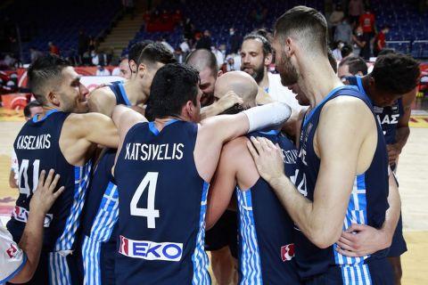 Οι παίκτες της Εθνικής μπάσκετ πανηγυρίζουν τη νίκη κόντρα στην Κίνα στο Προολυμπιακό Τουρνουά