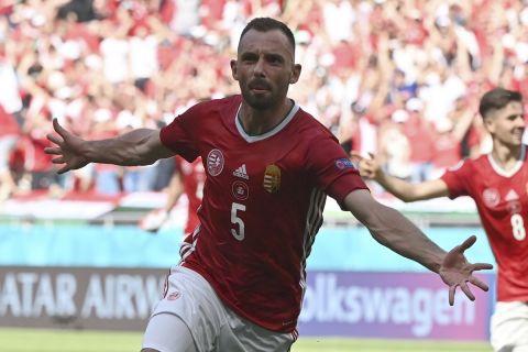 Ο Φιόλα πανηγυρίζει γκολ της Ουγγαρίας στην αναμέτρηση κόντρα στη Γαλλία για το Euro 2020.