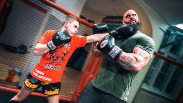 Γερμανοί bodybuilders συγκρούονται με thai fighters και πέφτει απίστευτο ξύλο