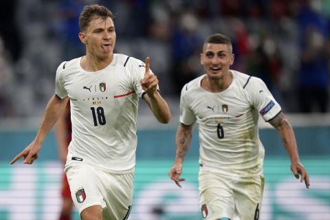 Ο Νικολό Μπαρέλα πανηγυρίζει με τον Μάρκο Βεράτι στον προημιτελικό του Euro 2020 κόντρα στο Βέλγιο