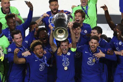 Οι παίκτες της Τσέλσι σηκώνουν το βαρύτριμο τρόπαιο του Champions League μετά από τη νίκη τους με 1-0 στον τελικό του Πόρτο απέναντι στην Μάντσεστερ Σίτι (29 Μαΐου 2021)