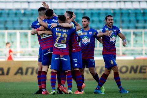 Οι παίκτες του Βόλου πανηγυρίζουν κόντρα στην ΑΕΛ στα playouts της Super League Interwetten