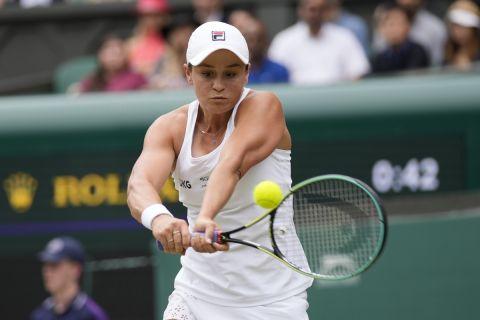 Η Άσλεϊ Μπάρτι στο παιχνίδι της για το Wimbledon 2021 με την Αντζελίκ Κέρμπερ   8 Ιουλίου 2021