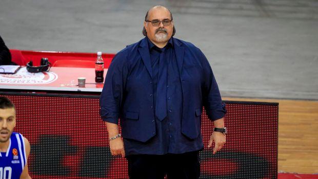 Ο επιβλητικός προπονητής της Μπούντουτσνοστ, με το... κάτι σαν σακάκι