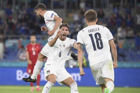 Οι Λοκατέλι και Μπαρέλα πανηγυρίζουν το 1-0 της Ιταλίας κόντρα στην Τουρκία στην πρεμιέρα του Euro 2020 με το αυτογκόλ του Ντεμιράλ (11 Ιουνίου 2021)