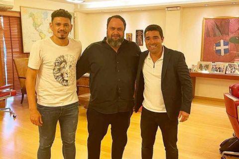 O διοικητικός ηγέτης του Ολυμπιακού, Βαγγέλης Μαρινάκης, φωτογραφίζεται με το νέο απόκτημα των ερυθρολεύκων, Τικίνιο, και τον μάνατζέρ του, Ντέκο