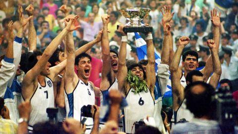 Ο Γιαννάκης σηκώνει το τρόπαιο του EuroBasket 1987
