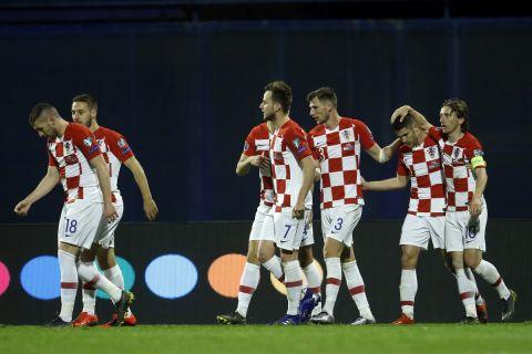 Οι παίκτες της εθνικής Κροατίας πανηγυρίζουν γκολ του Κράμαριτς