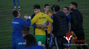 Ξύλο μεταξύ παικτών, κροτίδες και δυο ποδοσφαιριστές στο νοσοκομείο