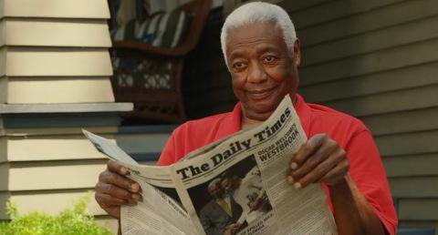 Ο Όσκαρ Ρόμπερτσον κρατώντας μία εφημερίδα