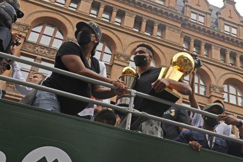 Ο Γιάννης Αντετοκούνμπο κι η σύζυγός του Μαράια στο πούλμαν της παρέλασης για την κατάκτηση του τίτλου του NBA 2020-2021 από τους Μιλγουόκι Μπακς, Μιλγουόκι | Πέμπτη 22 Ιουλίου 2021