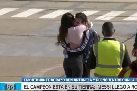 Στην αγκαλιά της Αντονέλα ο Μέσι κατά την άφιξή του στην Αργεντινή
