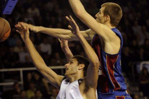 Barcelona's Fran Vazquez (R) blocks Panathinaikos's Stratos Perperoglou during their Euroleague Basketball match on October 30, 2008 at the Palau Blaugrana in Barcelona. AFP PHOTO/LLUIS GENE