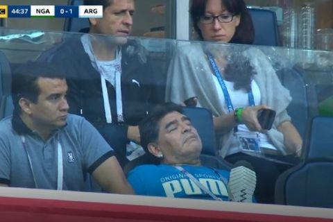 Μαραντόνα σε... αφασία: Τον πήρε ο ύπνος στη διάρκεια του αγώνα!
